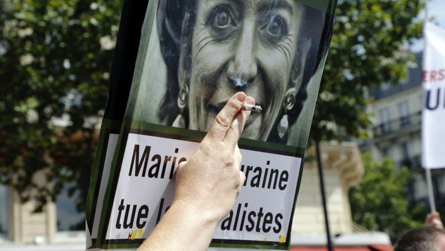 Une affiche détournant la photographie de la ministre de la Santé, Marisol Touraine, lors d'une manifestation des buralistes à Paris contre le paquet de cigarettes neutre