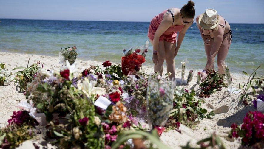 Des touristes déposent des gerbes sur le site de l'attaque sur la plage de Sousse le 30 juin 2015