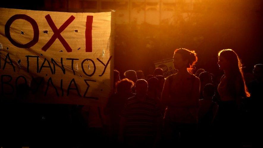 """Manifestation des partisans du """"non"""" devant le Parlement à Athènes, le 22 juillet 2015"""