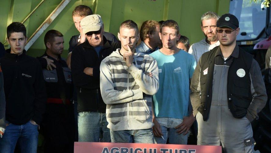 """Des éleveurs ont déversé des pneus devant une usine """"Lactalis"""" à Bouvron, près de Nantes, le 23 juillet 2015"""