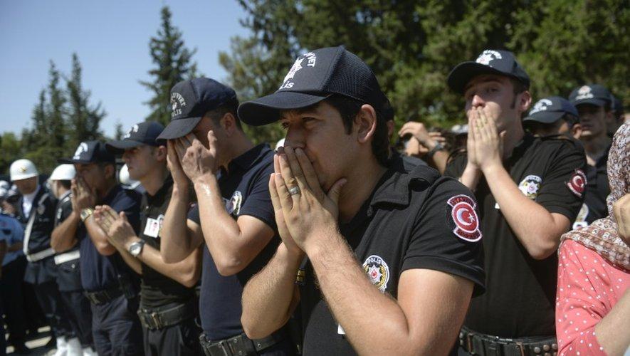 Des policiers turcs, lors des funérailles de deux policiers tués la veille par des rebelles du Parti des travailleurs du Kurdistan (PKK), le 23 juillet 2015 à Saliurfa