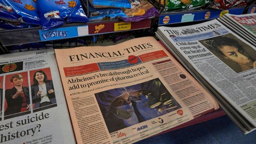 L'édition du 23 juillet 2015 du Financial Times (c), photographié avec d'autres journaux britanniques, à Londres