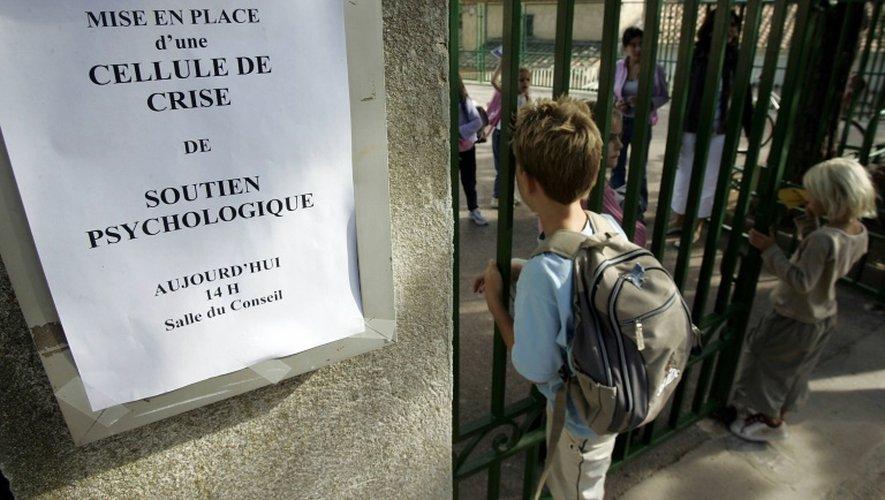 Un panneau d'information indiquant la mise en place d'une cellule de crise de soutien psychologique devant une école maternelle, en septembre 2004