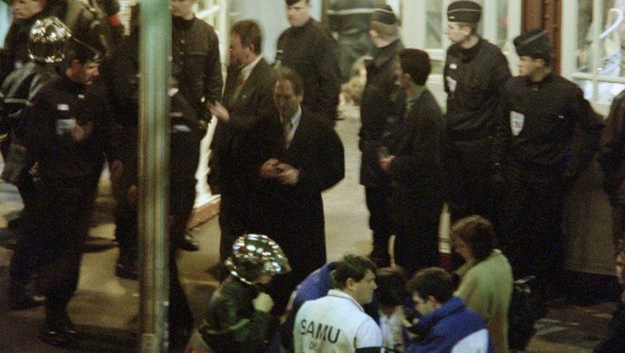 Des secouristes et des CRS sur les lieux de l'attentat de Port-Royal à Paris, le 3 décembre 1996