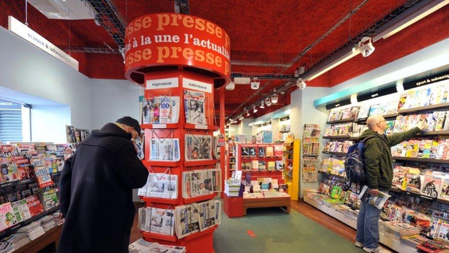 Des clients regardent la presse dans une librairie de Nantes le 7 février 2013