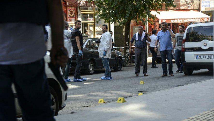 La police turque enquête après une attaque qui a tué un policier et blessé grièvement un autre le 23 juillet 2015 à Diyarbakir, grande ville à majorité kurde du sud-est de la Turquie