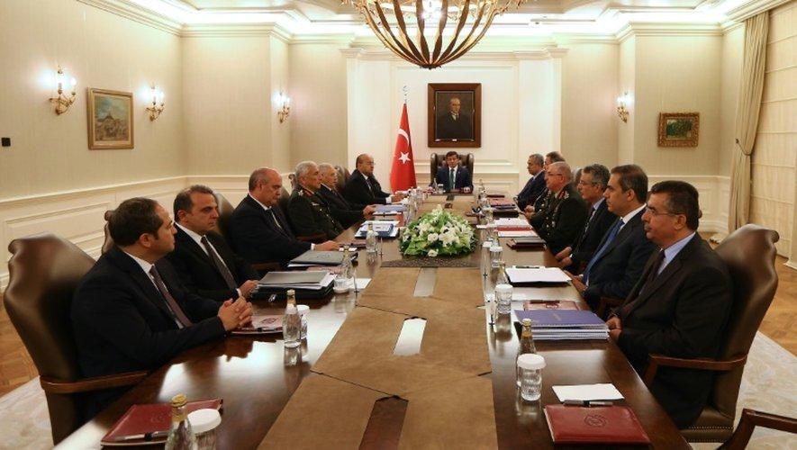 Le Premier ministre turc Ahmet Davutoglu (c) préside le 23 juillet 2015 un réunion du comité de sécurité à Ankara