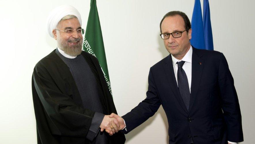 Francois Hollande et Hassan Rohani se serrent la main en marge de la 69e Assemblée générale de l'ONU, le 23 septembre 2014 à New York