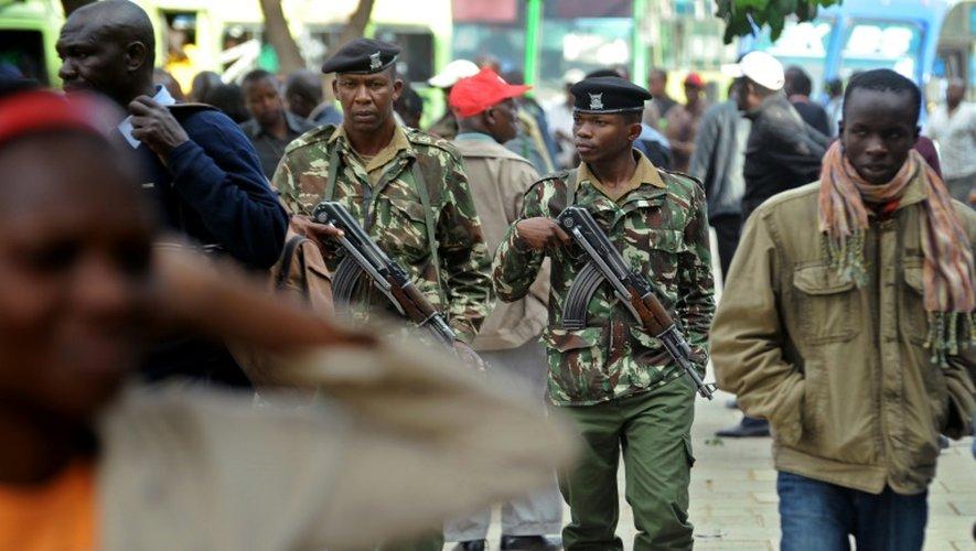 Forces de sécurité déployées le 23 juillet 2015 dans une rue de Nairobi