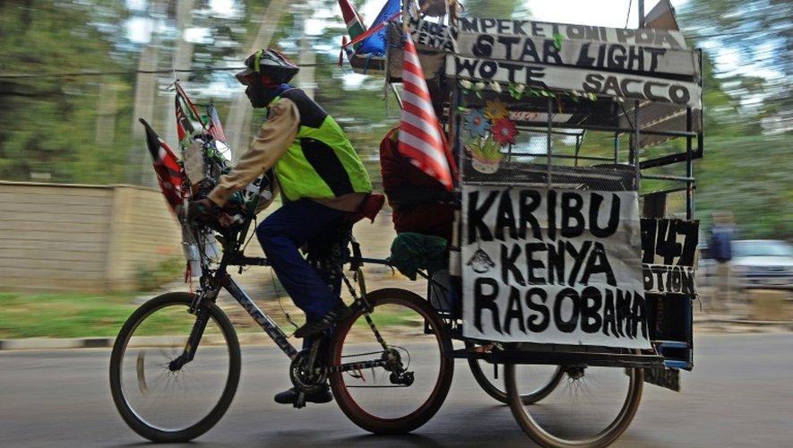 Des messages de bienvenue à Obama transportés à vélo le 23 juillet 2015 dans une rue de Nairobi