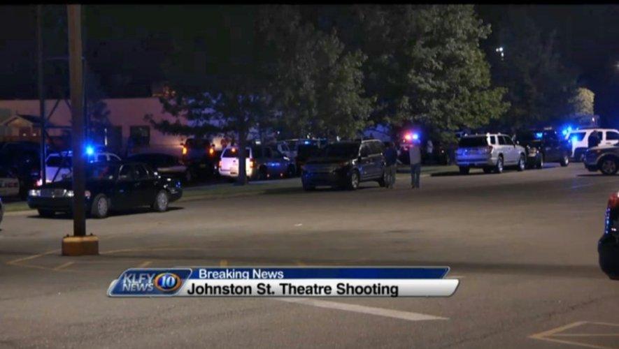 Capture d'écran de KLFY News montrant des dizaines de voitures de police et d'ambulances devant le cinéma où un homme a ouvert le feu le 23 juillet 2015 à Lafayette en Louisiane