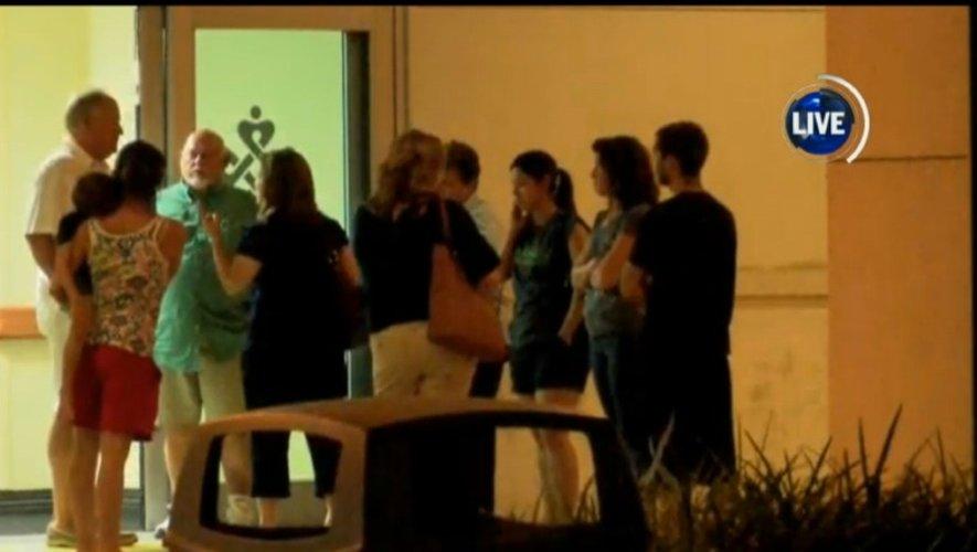 Capture d'écran de KLFY News de personnes devant l'hôpital le 23 juillet 2015 à Lafayette en Louisiane