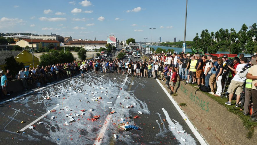 Du lait et des fruits déversés le 23 juillet 2015 devant une grande surface à Lyon