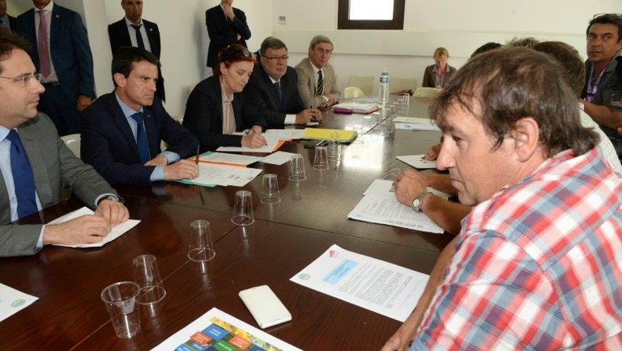 Le Premier minsitre Manuel Valls  lors d'une réunion avec des agriculteurs et des membres de la FNSEA le 23 juillet 2015 à Bordeaux