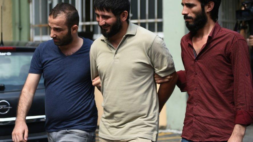 Des policiers turcs en civil et un membre présumé du groupe Etat islamique , le jour d'une vaste opération antiterroriste, le 24 juillet 2015 à Istanbul