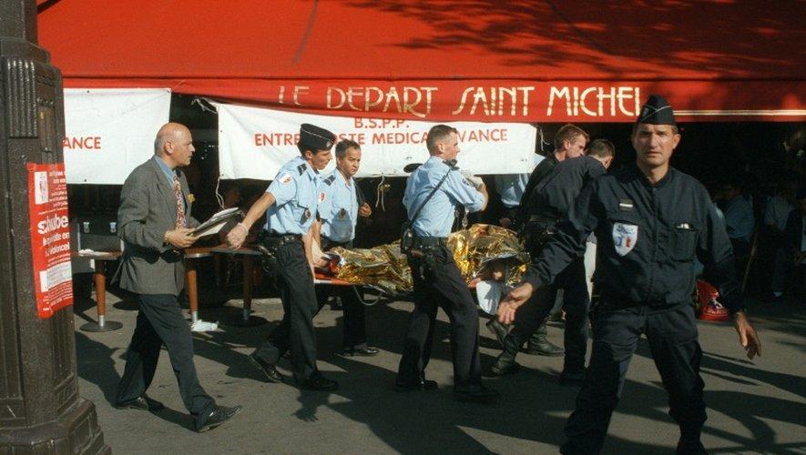 Evacuation d'une victime  de l'attentat commis le 25 juillet 2015 à la station RER Saint-Michel à Paris