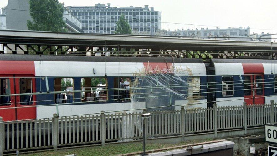 Des enquêteurs le 26 juillet 1995 à l'intérieur du RER visé par un attentat à la station RER Saint-Michel à Paris