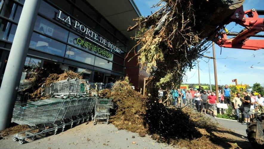 Après en avoir bloqué l'accès, les agriculteurs ont déversé du fumier devant l'hypermarché.