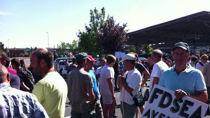 Plus de deux cents agriculteurs aveyronnais font le siège devant l'hypermarché.