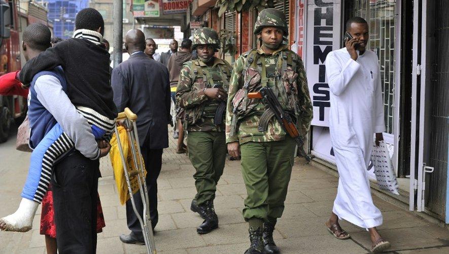 Des policiers kényans patrouillent les rues de Nairobi le 24 juillet 2015, avant l'arrivée du président Barack Obama au Kenya