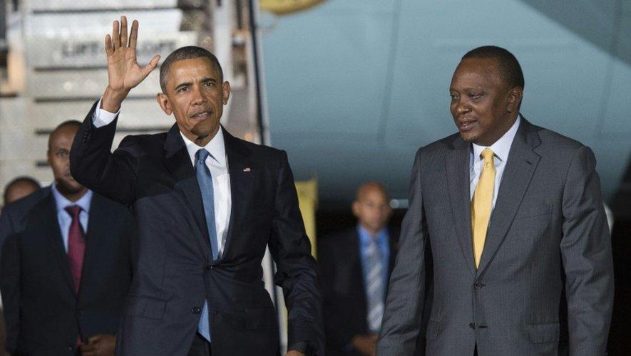 Barack Obama et le président kényan Uhuru Kenyatta, le 24 juillet 2015 à l'aéroport international de Nairobi