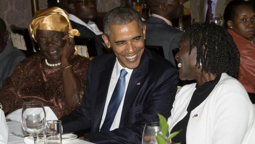 Barack Obama entre sa grand-mère par alliance, Mama Sarah (g), et sa demi-soeur Auma Obama, pendant le repas réunissant une partie de sa famille kényane, le 24 juillet 2015 à Nairobi