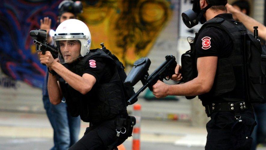 Des policiers turcs dispersent une manifestation le 24 juillet 2015 à Istanbul