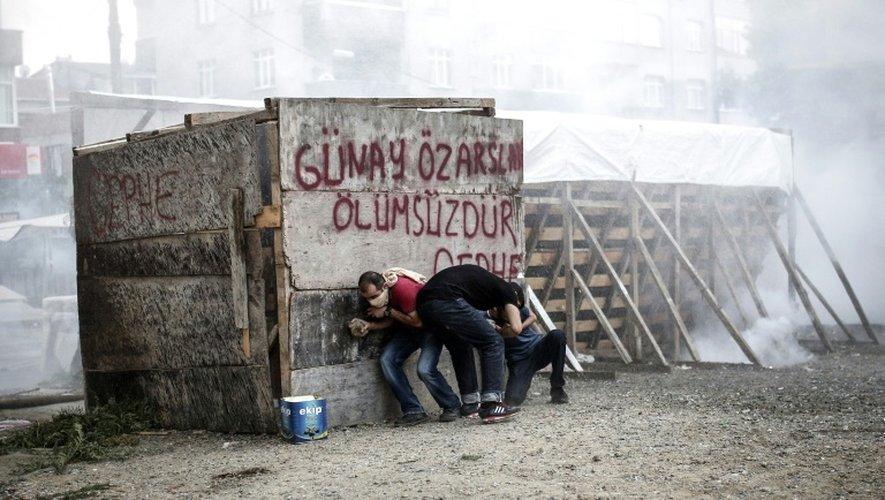 Manifestants dispersés par les forces de l'ordre avec des gaz lacrymogènes et des canons à eau le 24 janvier 2015 à Istanbul
