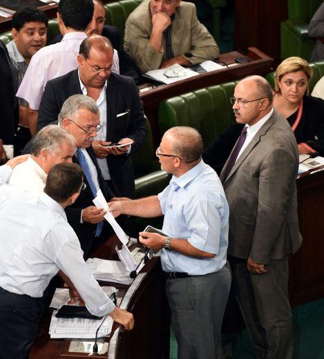 Des députés du parti islamiste Ennahda en discussion lors du débat à l'Assemblée sur la nouvelle loi antiterroriste le 24 juillet 2015 à Tunis