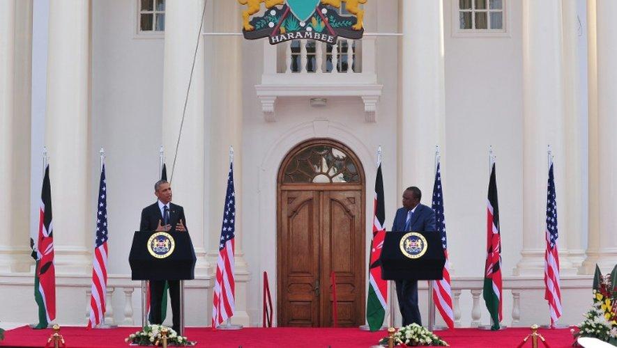 Barack Obama et Uhuru Kenyatta offrent une conférence de presse après leurs entretiens bilatéraux, le 25 juillet 2015 devant la résidence officielle de la Présidence kényane à Nairobi