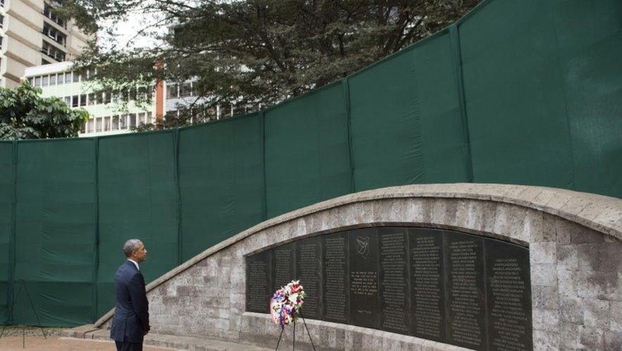 Barack Obama se recueille après avoir déposé une couronne le 25 juillet 2015 au Memorial Park de Nairobi en hommage aux victimes de l'attentat du 7 août 1998 contre l'ambassade américaine au Kenya, qui a fait 218 morts