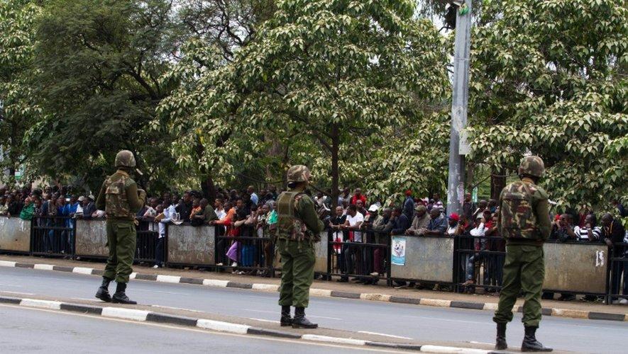 Des membres des forces spéciales de sécurité kényanes surveillent le 25 juillet 2015 l'avenue Kenyatte de Nairobi, devant une foule massée qui attend le passage du cortège du president Barack Obama