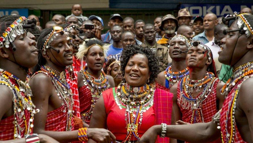 La foule observe une danse masaï en attendant le passage du cortège du président américain Barack Obama le 25 juillet 2015 à Nairobi, la capitale du Kenya