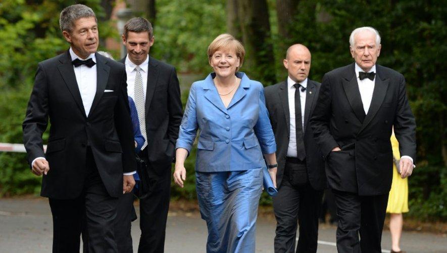 Angela Merkel entourée de GàD de  son mari Joachim Sauer, son fils Daniel Sauer) et l'ancien maire de Hambourg,  Klaus von Dohnanyi  à leur arrivée le 30 juillet 2015 au festival de Bayreuth