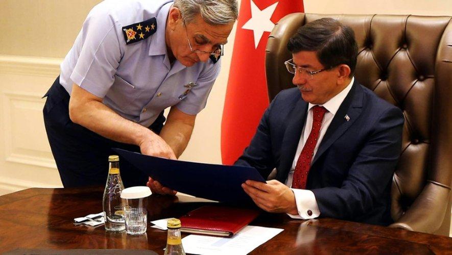 Le général Akin Ozturk, chef de l'armée de l'air, et le Premier ministre Ahmet Davutoglu lors d'une réunion le 25 juillet 2015 à Ankara