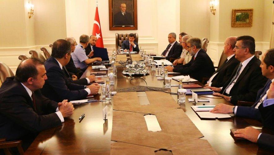 Le Premier ministre Ahmet Davutoglu (C) lors d'une réunion avec des ministres et des officiers le 25 juillet 2015 à Ankara