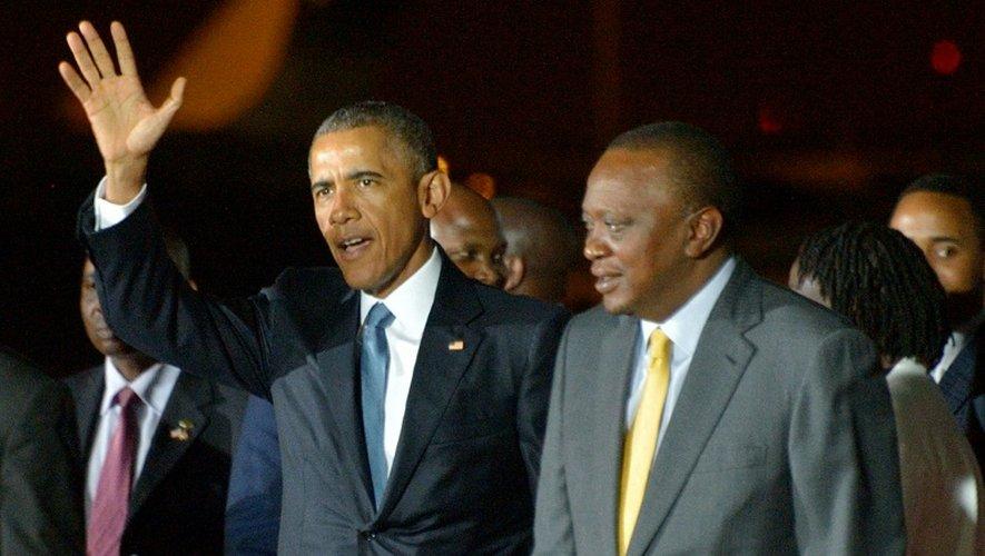 Barack Obama accuilli par son homologue kenyan Uhuru Kenyatta à son arrivée le 24 juillet 2015 à l'aéroport international de Nairobi