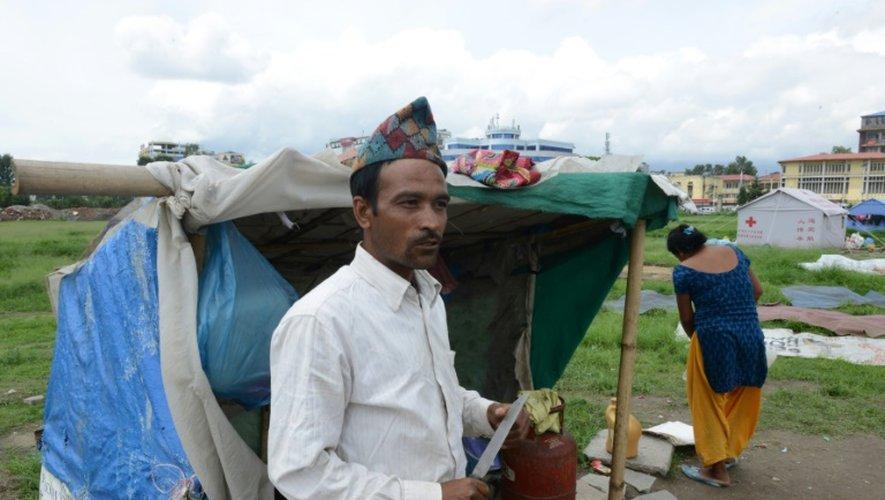 Rabi Baral se tient devant sa tente dans un camp de rescapés du séisme au Népal, le 23 juillet 2015 à Katmandou