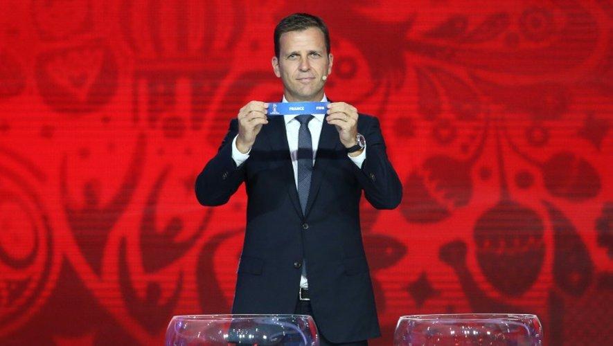 L'ancien attaquant allemand Oliver Bierhoff montre le nom de la France, lors du tirage au sort des qualifications du Mondial-2018, le 25 juillet 2015 à Saint-Pétersbourg