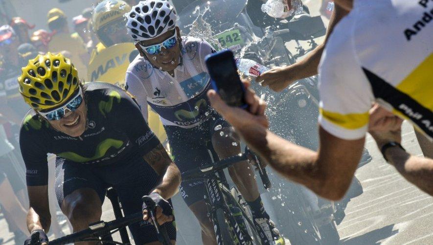 Le Colombien Nairo Quintana (d) lors de la montée de L'Alpe d'Huez, le 25 juillet 2015