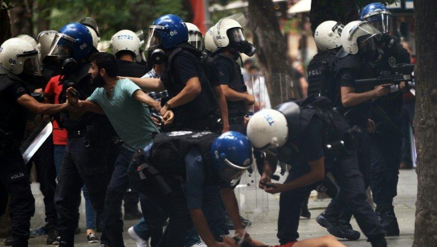 Deux personnes sont arrêtées par la police turque le 25 juillet 2015 à Ankara au cours d'une manifestation convoquée pour répudier l'attentat suicide que le 20 juillet a fait 32 morts à Suruç, près de la frontière syrienne