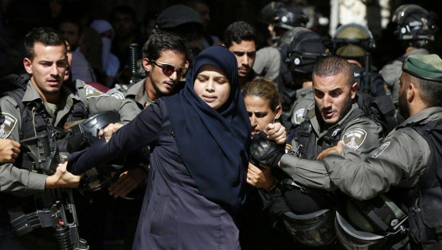 Une Palestinienne arrêtée par la police israélienne le 26 juillet 2015 à Al-Aqsa à Jérusalem-Est