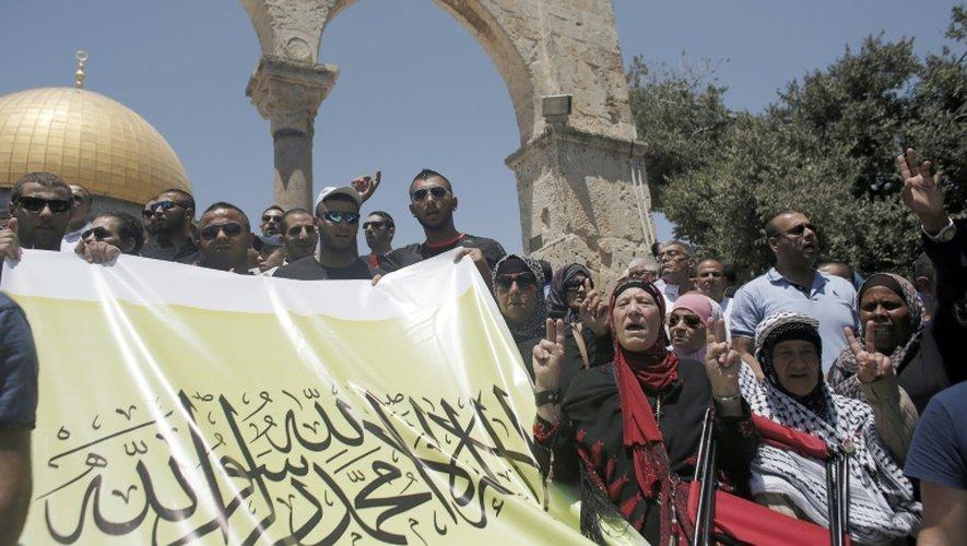Manifestation de Palestiniens après la prière du vendredi le 24 juillet 2015 à la mosquée al-Aqsa à Jérusalem-Est