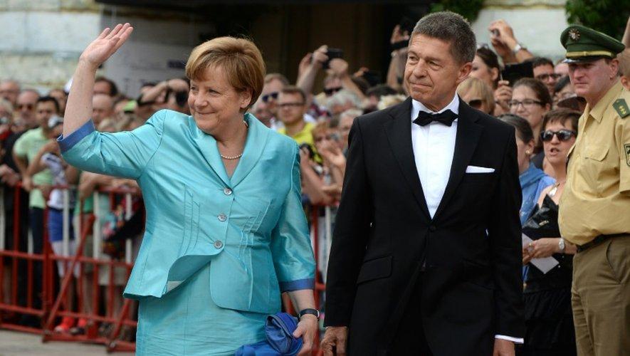 La chancelière Angela Merkel et son mari Joachim Sauer à leur arrivée au Festival d'opéra le 25 juillet 2015 à Bayreuth