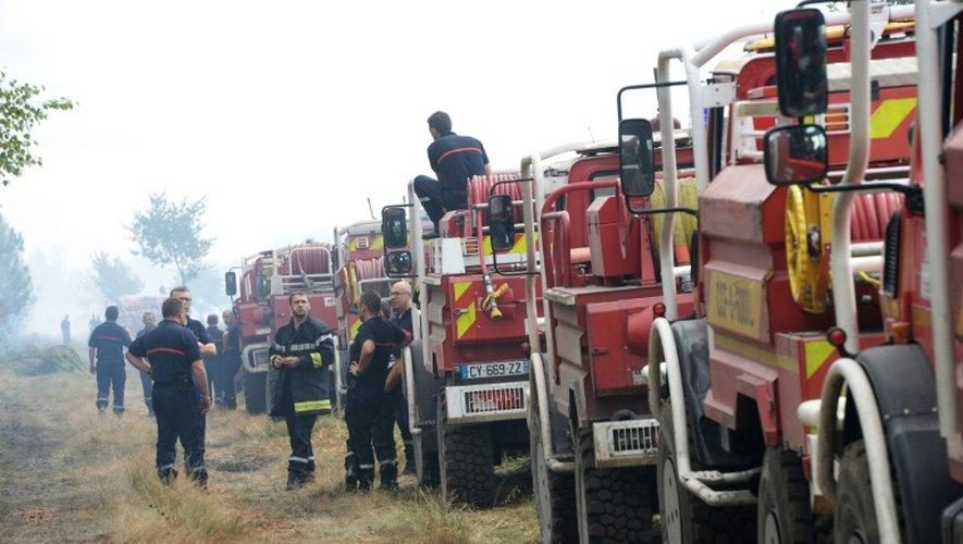 Des colonnes de sapeurs-pompiers stationnés le 25 juillet 2015 à Saint-Jean-d'Illac