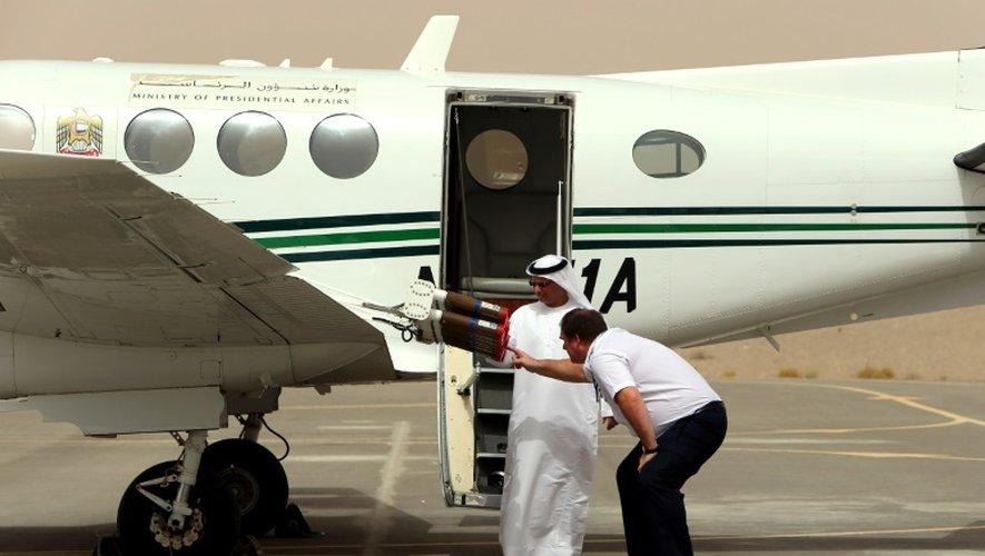 """Dernières vérifications avant le décollage d'un avion chargé d'""""ensemencer"""" les nuages avec des cristaux de sel dans l'espoir de provoquer la pluie, le 23 avril 2015 à l'aéroport d'Al-Aïn, aux Emirats arabes unis"""