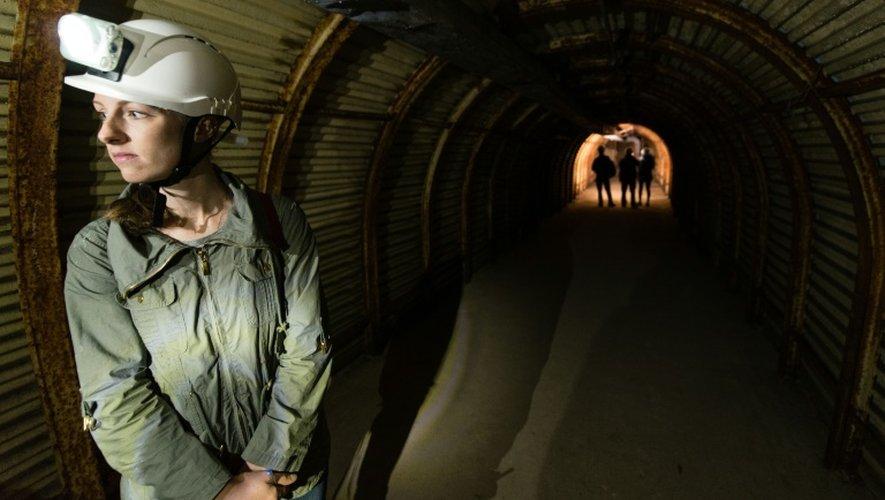 Une touriste dans le tunnel de Fan Bay le 23 juillet 2015 à Douvres