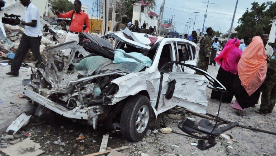Carcasse d'une voiture après une explosion devant l'hôtel Jazeera à Mogadiscio, le 26 juillet 2015
