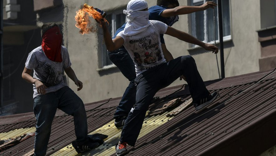 Un militant d'extrême gauche s'apprête à lancer une grenade lors d'affrontements avec la police turque dans un quartier d'Istanbul à Gazi, le 26 juillet 2015