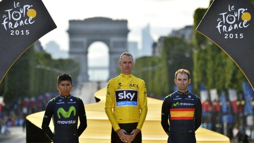 Christopher Froome entre Nairo Quintana et Alejandro Valverde sur le podium du Tour de France le 26 juillet 2015 à Paris
